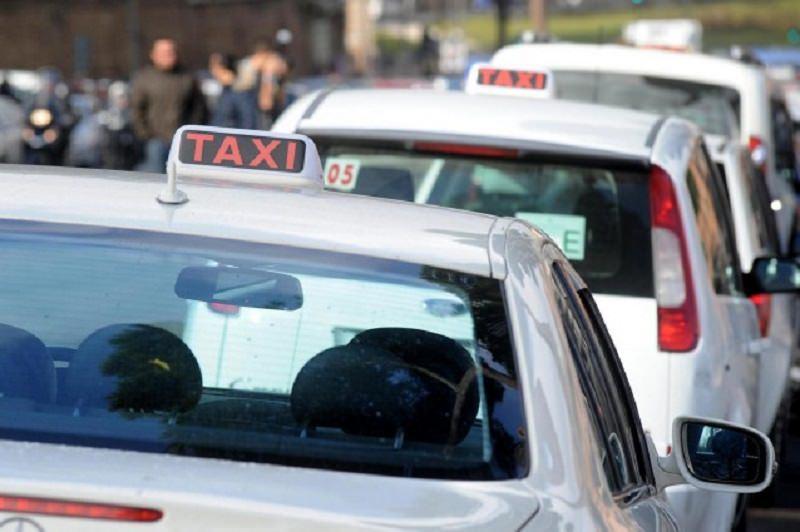 """Dimenticano il neonato nel taxi, l'autista non si accorge di nulla e lo """"porta a spasso"""""""