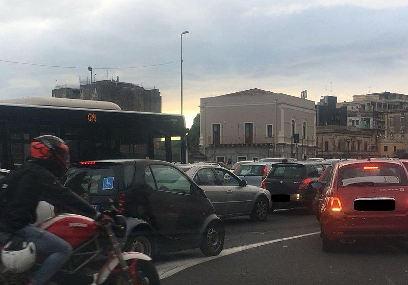 Catania, auto rimane incastrata in circonvallazione: traffico in tilt