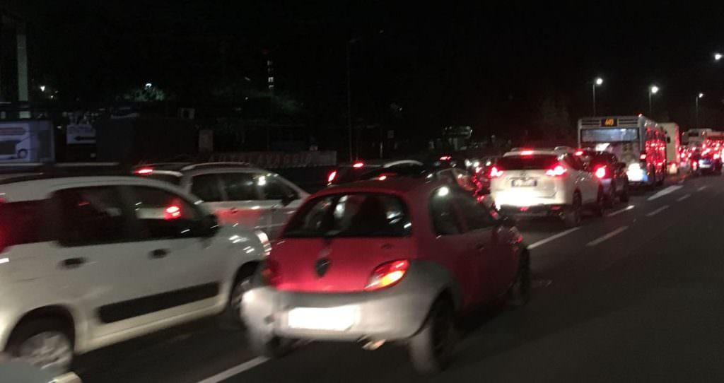 Catania paralizzata nel traffico. Auto incolonnate, ambulanza e municipale ferme. Ecco cosa sta accadendo