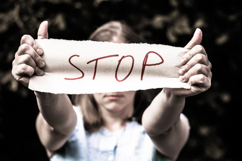 Ex violento e geloso non accetta la fine della relazione e picchia la fidanzata: 22enne agli arresti domiciliari