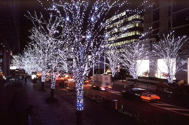 Audio porno al posto delle canzoni di Natale: cittadini increduli passeggiano sconvolti tra le luminarie