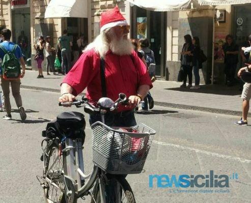 """Catania in rosa, c'è anche Babbo Natale ma… """"Che sport inutile!"""". FOTO e VIDEO"""