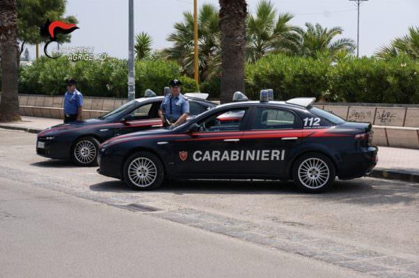 Gettano ordigno artigianale davanti a una casa e rischiano di far scoppiare un incendio: aperte le indagini dei carabinieri