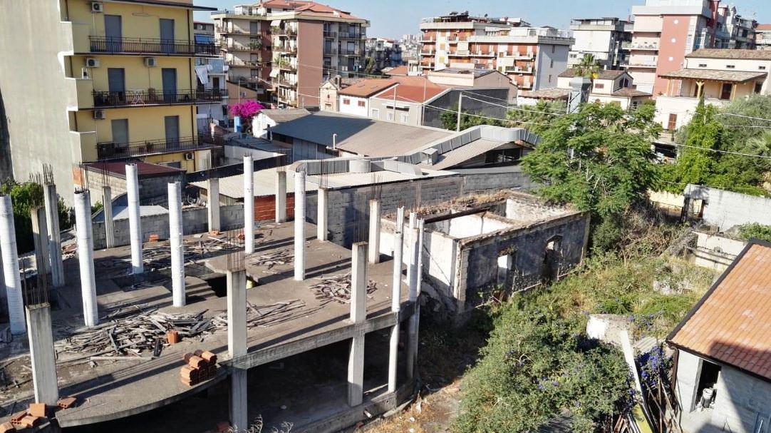 Bloccata ricostruzione di un edificio in stato di abbandono, protestano i residenti di via Curia