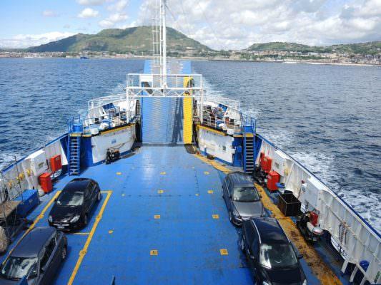 La fila ai traghetti e la paura, furgone di azienda catanese prende fuoco: vigili del fuoco in azione