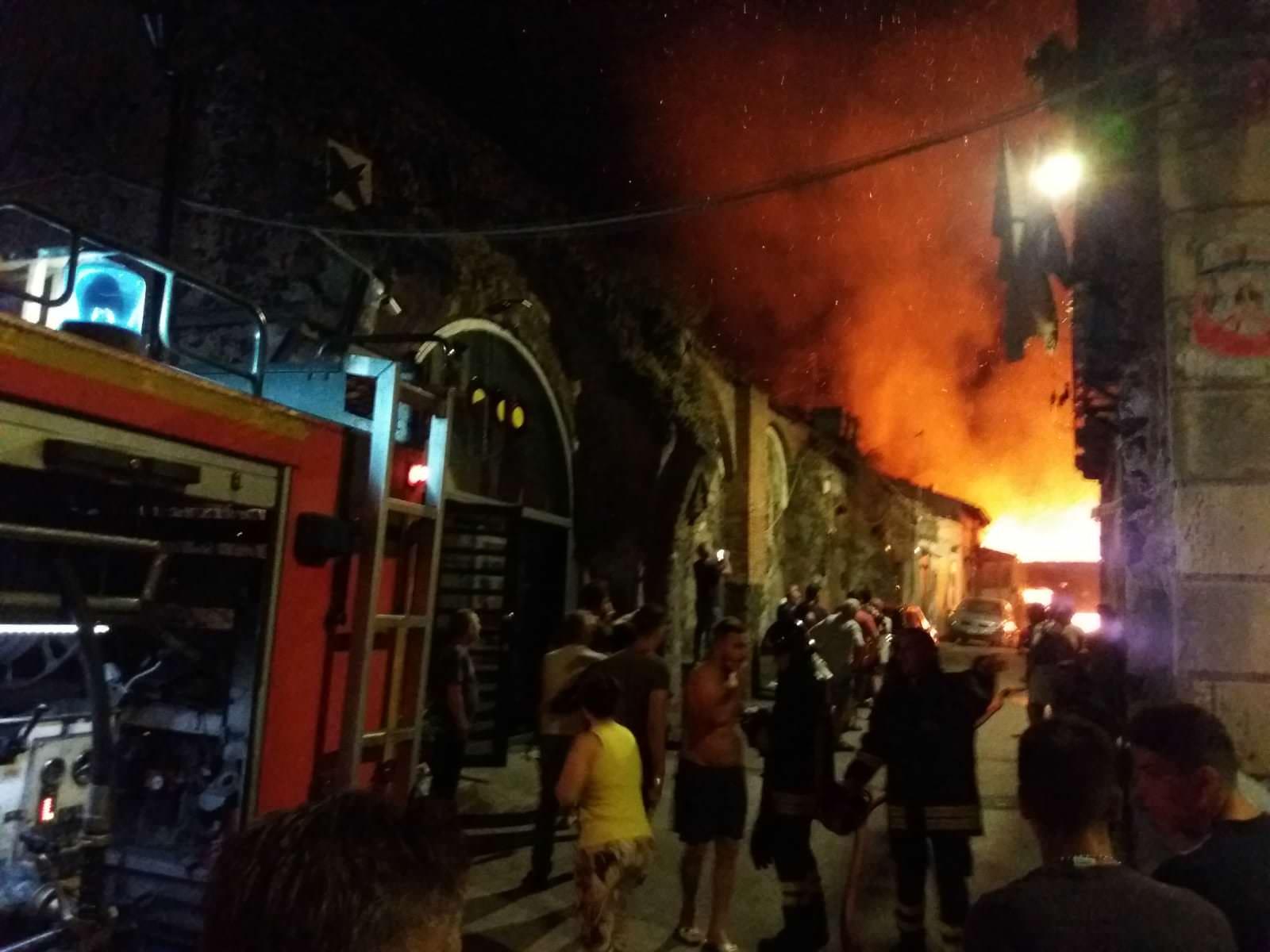 Incendio in via Fornai: falegnameria in fiamme, due abitazioni inagibili. FOTO e VIDEO