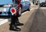 Fugge a tutta velocità da posto di blocco, sperona volante e minaccia agenti: in manette 43enne