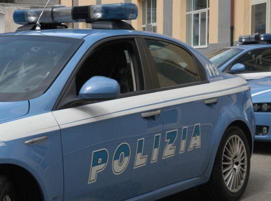 Caos in via Gioeni, ubriaco minaccia e insulta passanti: calci anche contro auto