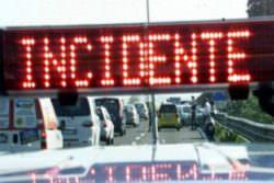 Paura sulla Palermo-Catania, auto contro il guardrail: due feriti finiscono in ospedale