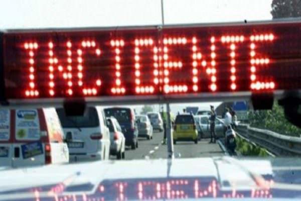 Incidente lungo l'autostrada A20, automobilista muore sul colpo: traffico rallentato e lunghe code