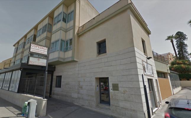 Ladri in azione in ospedale, nella notte rubati soldi nell'ufficio ticket: indagini in corso