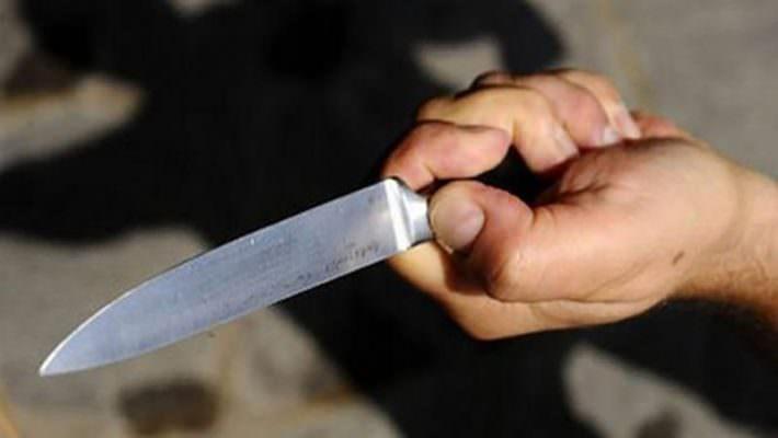 Paura a Catania, 18enne derubato dello smartphone sotto la minaccia del coltello: in manette due malviventi