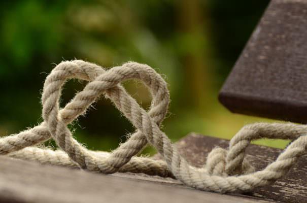Tragedia in casa, avvocatessa priva di vita in balcone: il marito la trova con una corda al collo