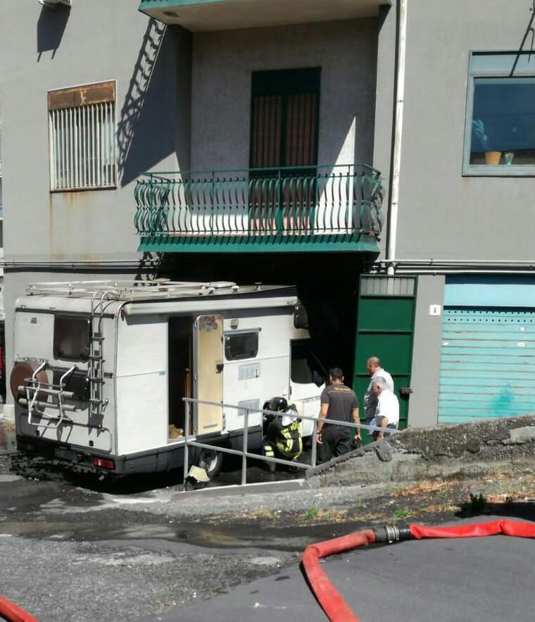 Caldo e fiamme nel Catanese: camper brucia in garage a Mascalucia, diversi roghi nella provincia etnea