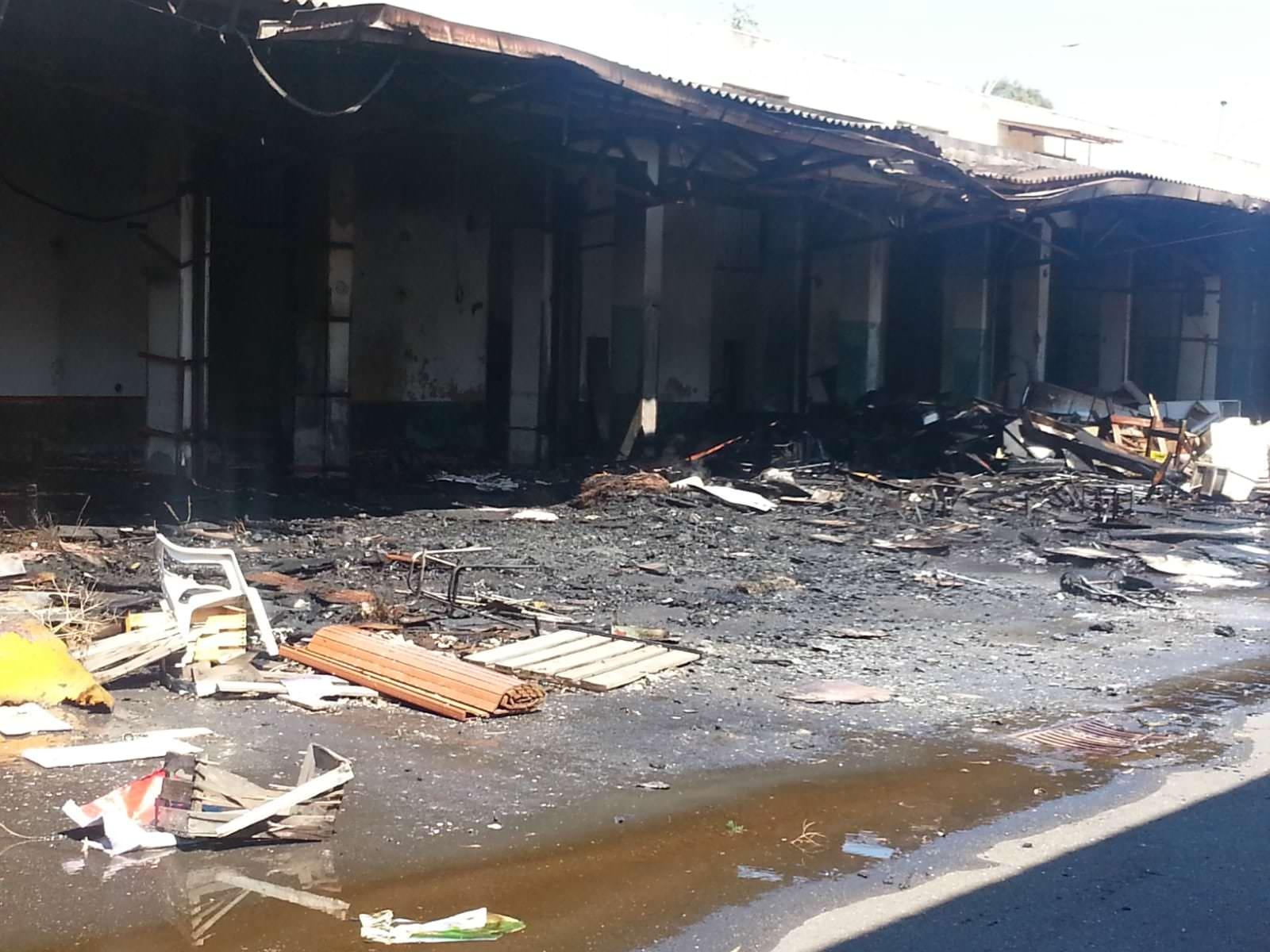 Incendio a San Giuseppe La Rena: in fiamme l'ex mercato ortofrutticolo. LE FOTO