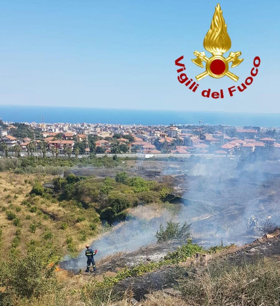 Incendio a Gravina di Catania: fiamme minacciano abitazioni. LE FOTO