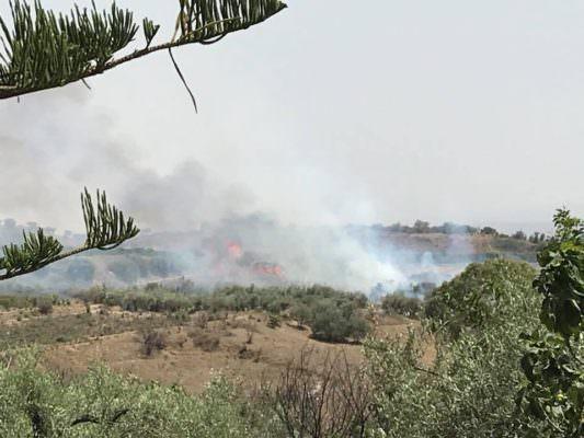 Grave incendio a Motta: strade bloccate e paura per i residenti. FOTO