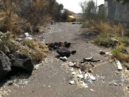 Discariche abusive, microcriminalità, incendi e strada dissestata: via dei Piccioni nel degrado – FOTO