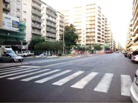 Sicurezza stradale: pedoni a rischio per residenti e commercianti di via Leopardi e piazza Ariosto