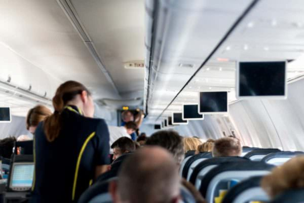 Mal di gola e tosse, coppia positiva su volo Ryanair scatena focolaio: 13 contagiati, 37 in quarantena