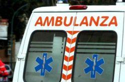 Perde il controllo del camion e finisce fuori strada, 59enne ferito rifiuta i soccorsi