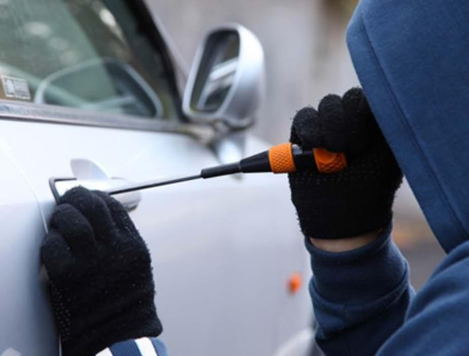 Spacca il finestrino di un'auto e tenta di accenderla. Finanzieri beccano ladro in flagranza: arrestato
