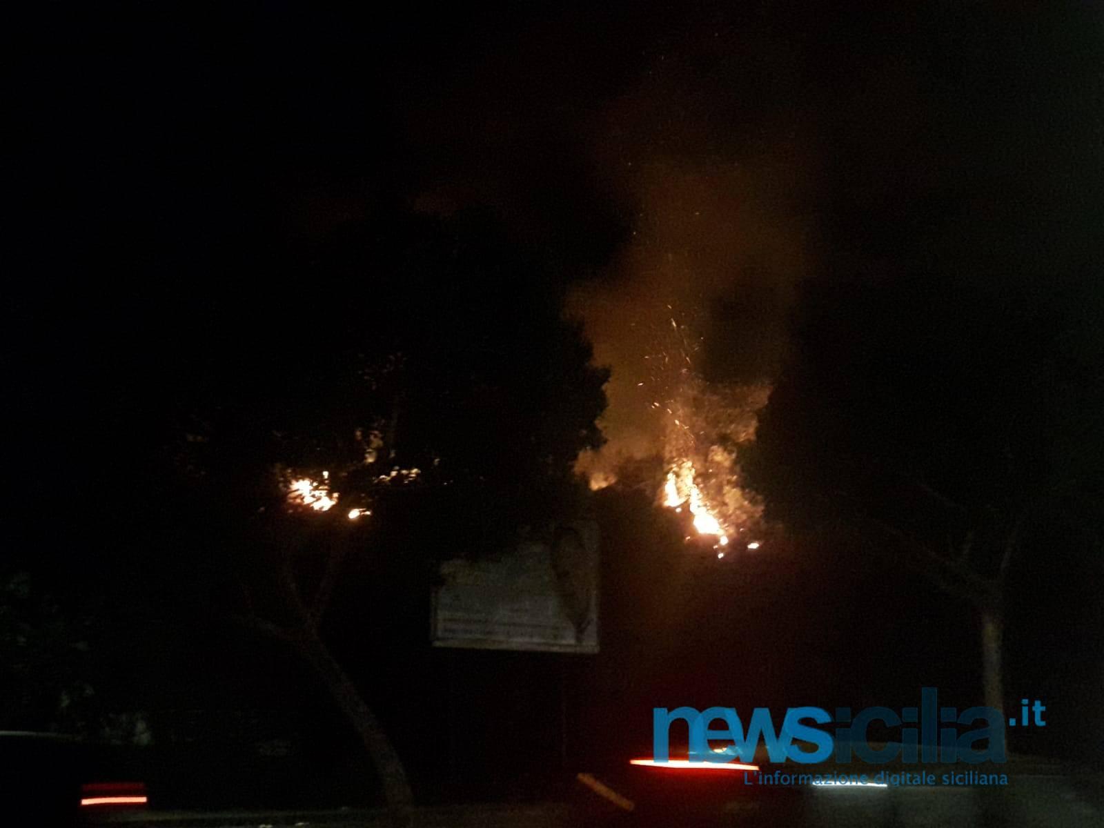 Violento incendio sulla circonvallazione di Catania: fiamme a ridosso della strada, paura tra automobilisti e residenti