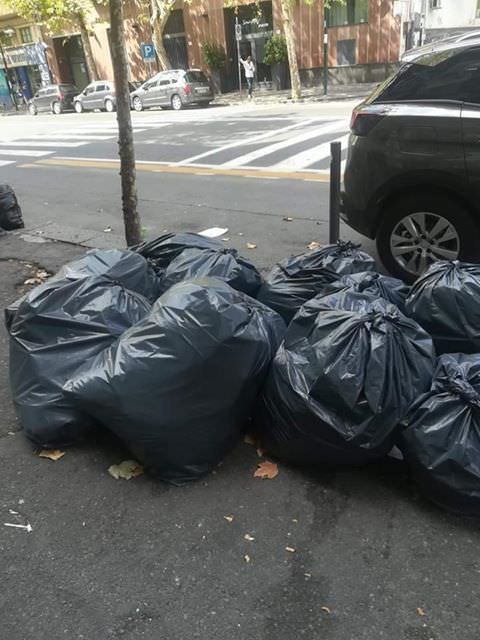 """Emergenza rifiuti a Catania, la situazione al viale Vittorio Veneto: """"Degrado, puzza e spazzatura ovunque"""". LE FOTO"""