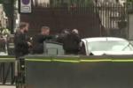 Auto falcia pedoni e ciclisti e si schianta davanti al Parlamento: potrebbe essere un attentato