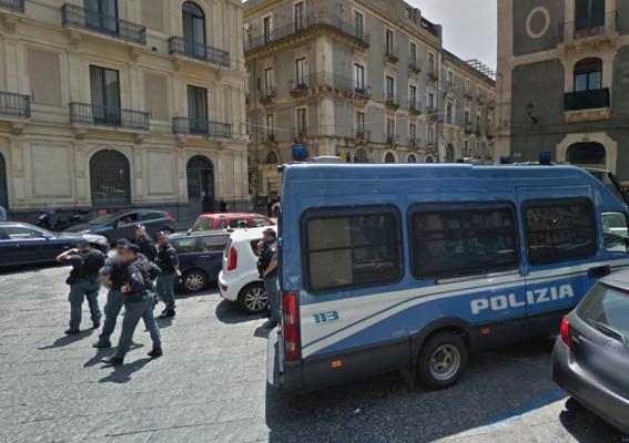 Evade dai domiciliari, beccato dalla polizia a passeggio in Piazza Manganelli: arrestato