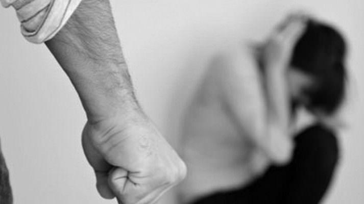 Picchia la convivente e all'arrivo dei carabinieri minaccia di suicidarsi: arrestato 43enne