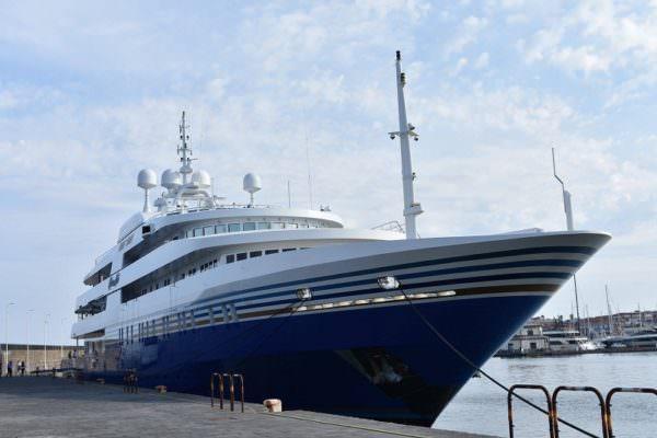 Sheldon Adelson incanta tutti con il suo yacht, 92 metri di bellezza al porto di Riposto – FOTO