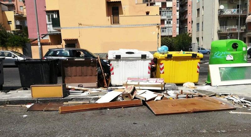 """Micro-discariche e strade sporche, situazione difficile al """"Borgo-Sanzio"""" – FOTO"""