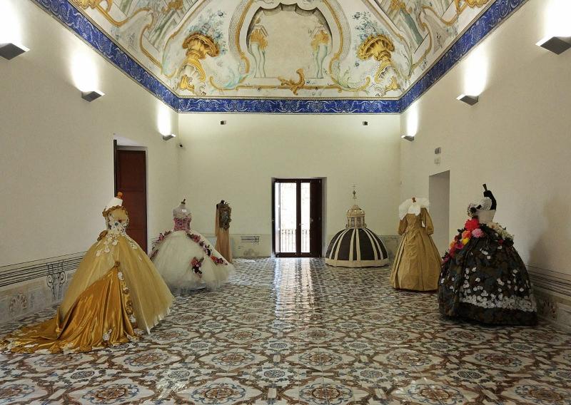 Vestire l'Icona, quando la moda incontra la fede. Inaugurata la mostra di abiti dedicata a Papa Francesco