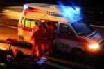 Auto investe scooter: 20enne sbalzato dal motorino sbatte la testa a terra