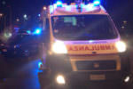 Un colpo di sonno, perde il controllo dell'auto e si schianta contro una rotatoria: ferito un 28enne