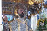"""Il """"miracolo"""" di San Filippo: i fedeli lo vedono sudare, chiesa gremita ad Agira"""