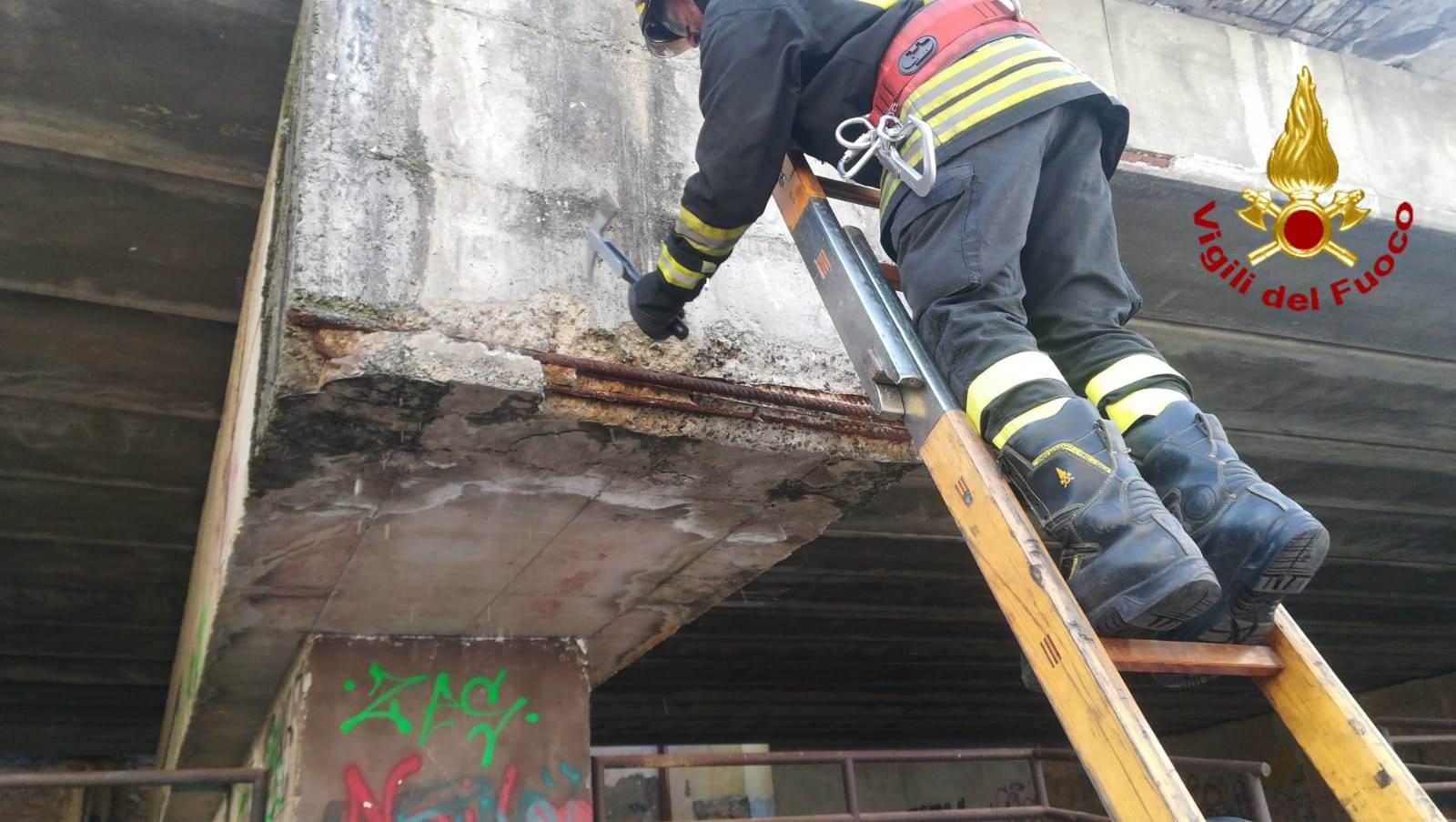 Circonvallazione: pompieri rimuovo calcinacci da ponte per garantire incolumità cittadini. LE FOTO