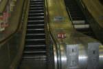 Tragedia in metropolitana, si impiglia la camicia e muore strangolato: vittima un 48enne