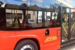 Giovani teppisti distruggono bus di linea in pieno centro: 3 minori rintracciati, genitori pronti a risarcire