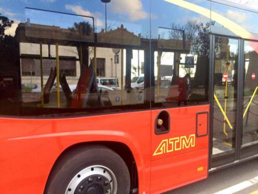 Dramma in officina, bus cade addosso al braccio di un manutentore: operaio trasportato al Policlinico in codice rosso