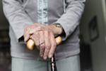 Genero inseguito e picchiato con un bastone dal suocero: 79enne agli arresti domiciliari
