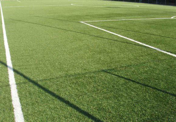 Arbitro minorenne aggredito in campo nel Catanese: calciatore espulso picchia 16enne