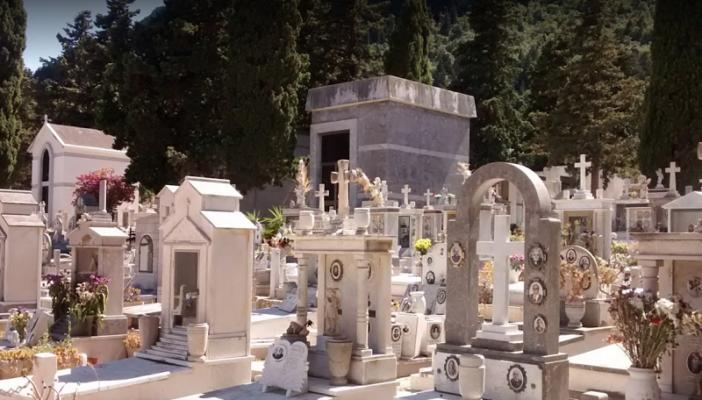 Resti delle riesumazioni e materiale smaltito illegalmente: sequestrata vasta area del cimitero