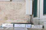 """""""Dio vi maledica"""" e """"Crepa porco"""", anche spazzatura dietro la porta: caos in palazzina a Catania, vittima anche donna di 100 anni"""