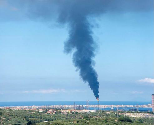 Fiamme e fumo dalla raffineria: paura tra i cittadini