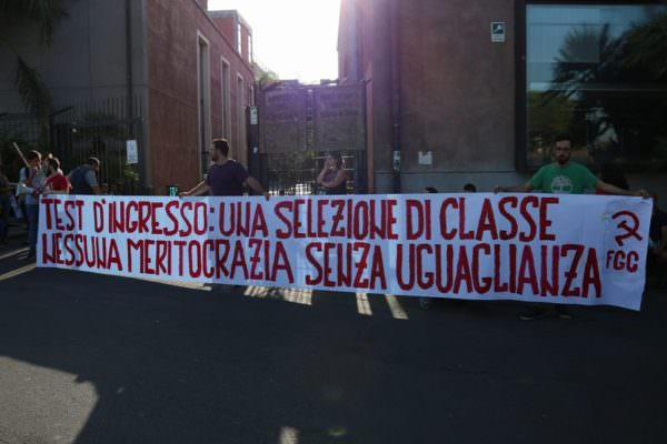 """Catania, protesta per i test a numero chiuso di Medicina: """"Non c'è meritocrazia se la base non è uguale per tutti"""""""