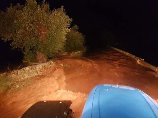 Oltre un metro d'acqua, auto travolte dal fango: momenti di panico a Rosolini, tratte in salvo 5 persone