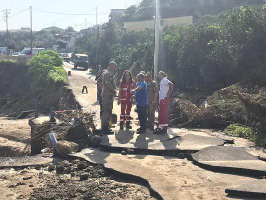 Alluvione nel Catanese: l'esercito porta generi alimentari ai cittadini bloccati dal fango – FOTO