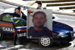 Va in escandescenza per il traffico, lancia spazzatura per strada e aggredisce i carabinieri: in manette 36enne